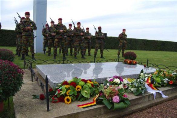 Gedenksteen en graven voor bemanning en para's CP-45