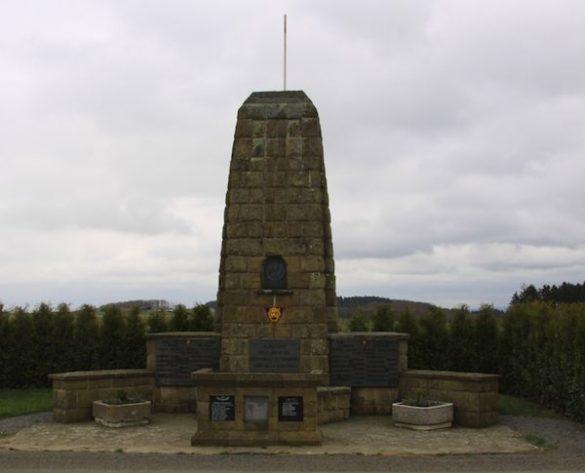 Monument met diverse gedenkplaten