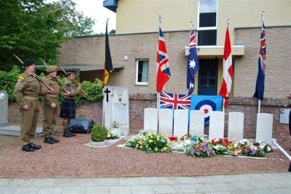 Gedenkplaat bij graven bemanning Stirling III BK712 HA-D