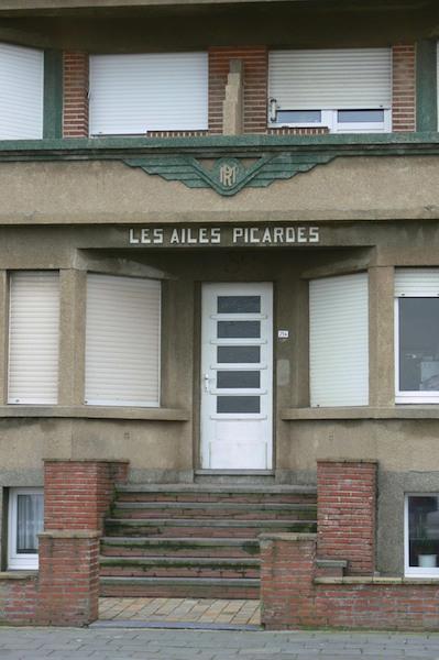 """Ornament """"Les Ailes Picardes"""" op appartementsgebouw"""