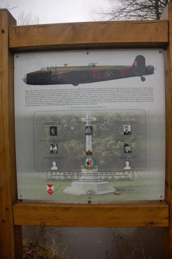 Gedenkteken voor de bemanning van Halifax HR833/TL-F van 35 Squadron RAF