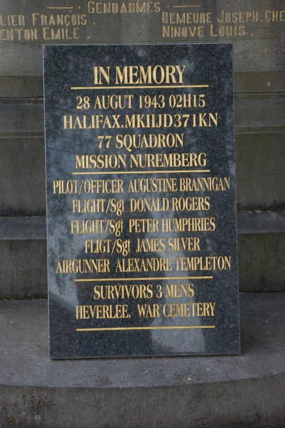 Gedenkplaat voor de bemanning van Halifax II JD371/KN-O van 77 Sq
