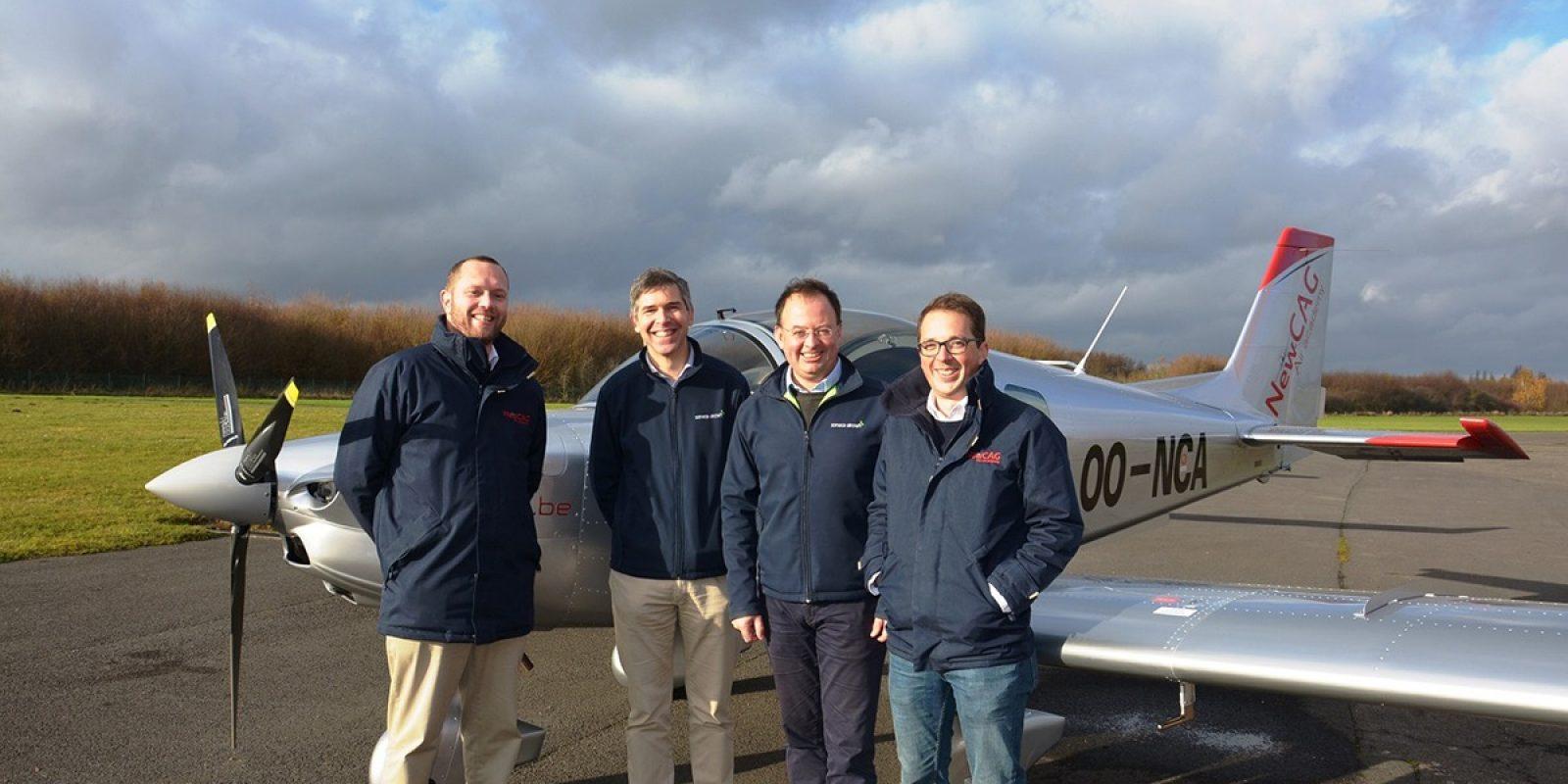 La première livraison: de gauche à droite Denis Petitfrere (CEO New CAG), Harold van der Straten (CEO Sonaca Aircraft), Pierre Van Wetter (Sonaca Aircraft) et Arnaud Libeau (New CAG). (Photo Sonaca Aircraft)
