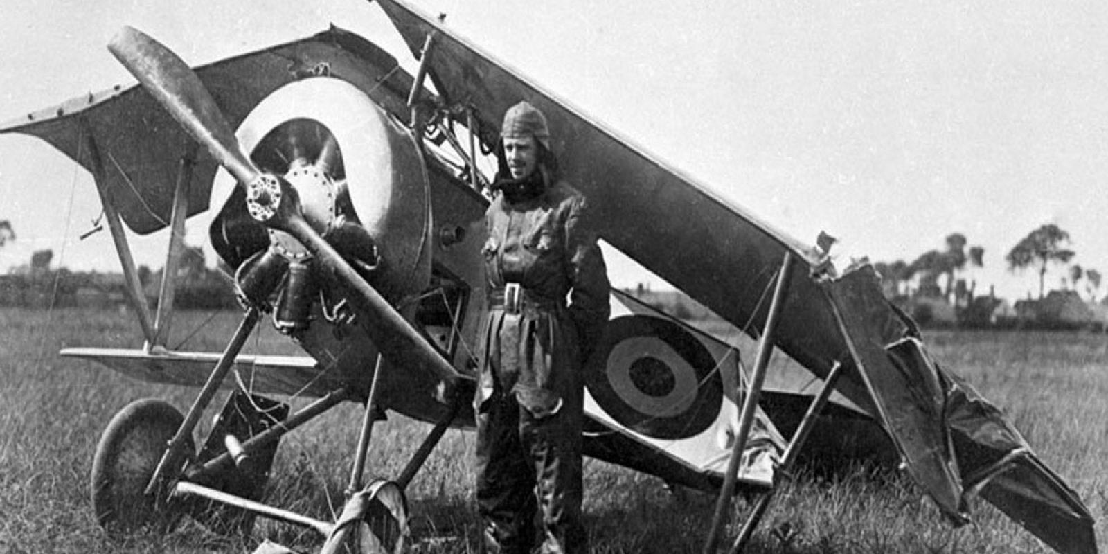 L'intrépide Edmond Thieffry rejoignit rapidement la confrérie des « casseurs de bois », mais s'est toujours sorti indemne de ces désagréables péripéties. Il est représenté ici à côté de son Nieuport XVII alors que son avion qui s'est mis sur le dos a été remis sur ses pattes après un atterrissage forcé dû à une panne de moteur survenue le 3 juin 1917 à Caeskerke. (AELR)