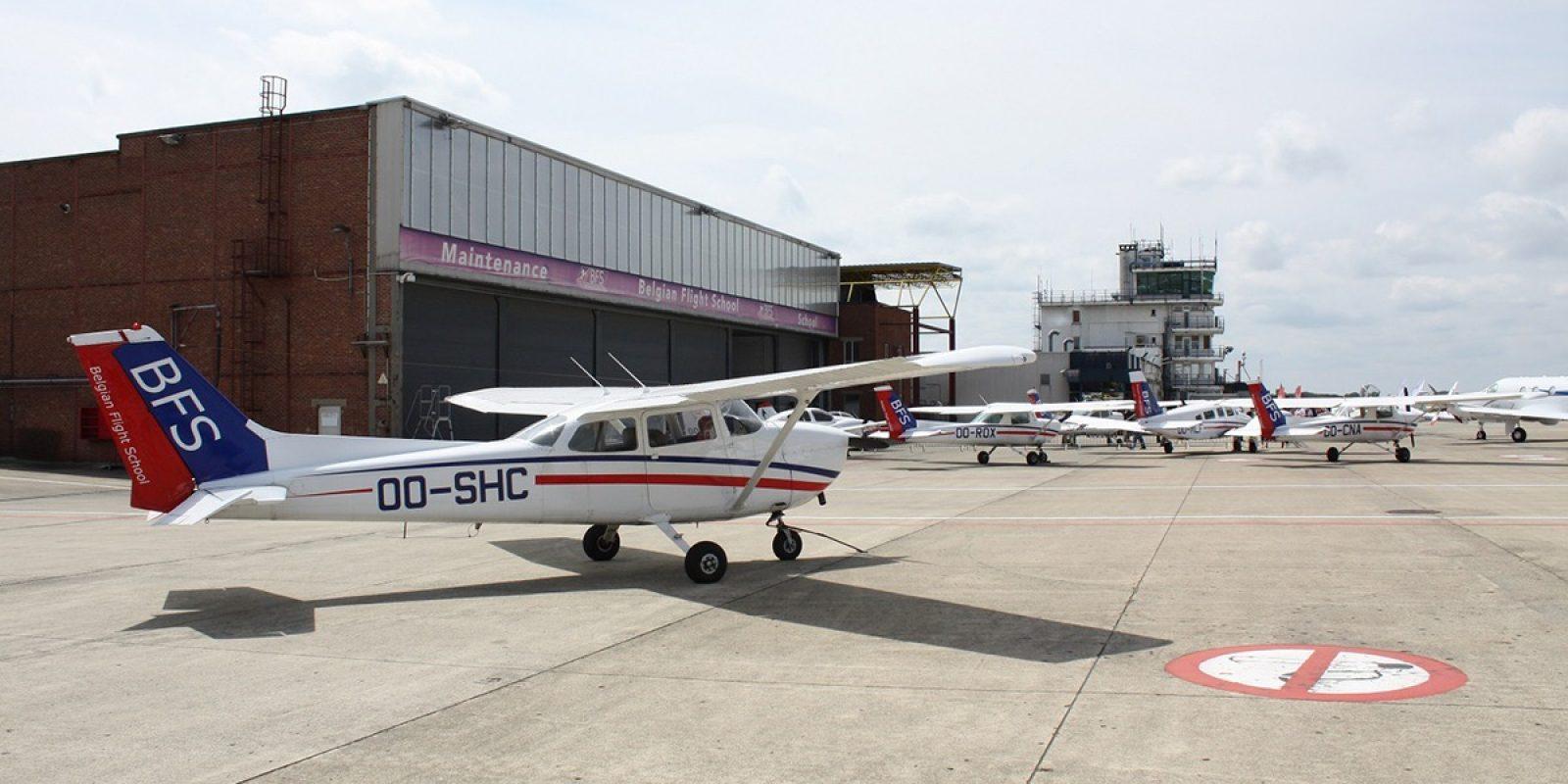 Le OO-SHC est un des Cessna 172 de la flotte BFS, photographié en avant-plan d'une partie de la flotte des « Blue tails ».