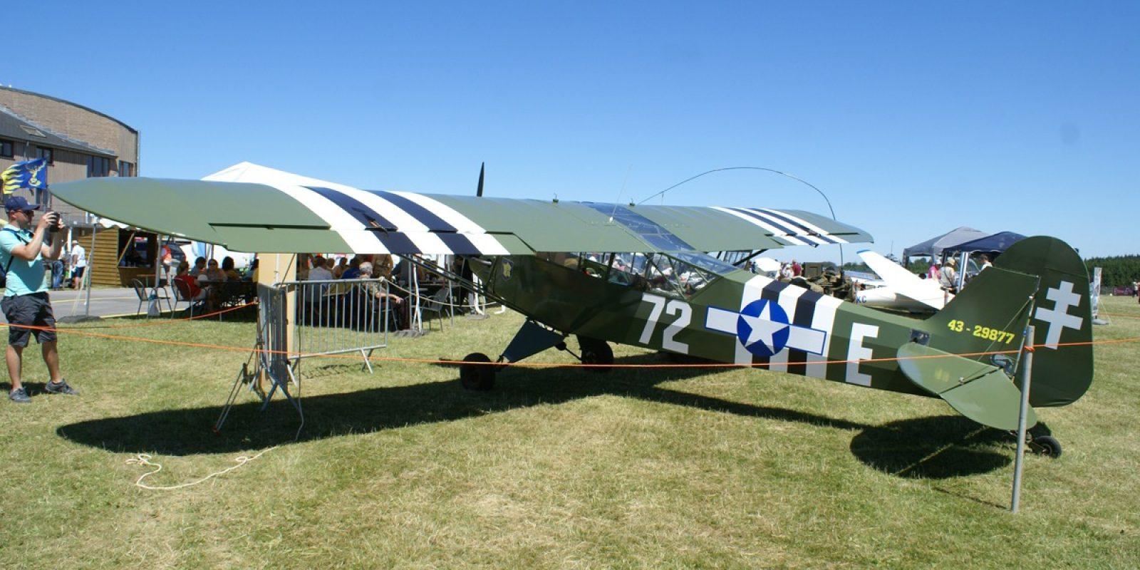 Le superbe Piper L-4H Grasshopper appartenant en copropriété à Philippe Mordant portant les cocardes américaines.