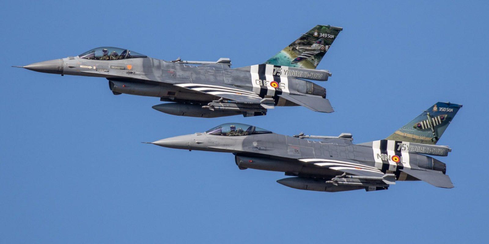 Les deux F-16AM commémoratifs des squadrons belges pour le 75ème anniversaire du débarquement en Normandie. En tête, le FA-124 représentant la 349 (code GE-S) et le FA-57 représentant la  350 (MN-L), les deux escadrilles belges ayant combattu au sein de la RAF. (Photo : Tom Brinckman)